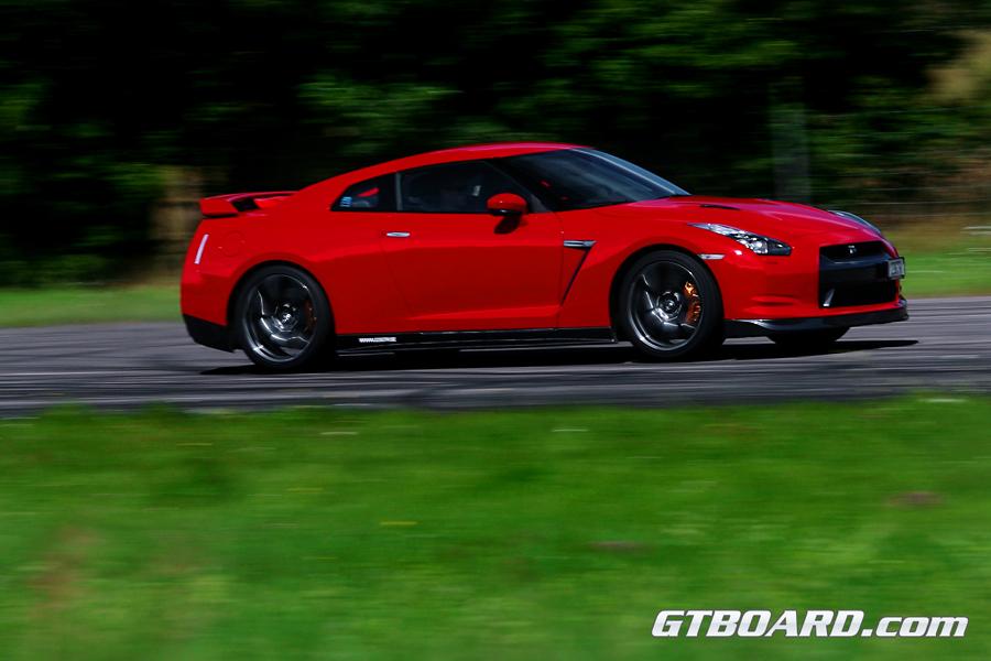 nissan gtr r35 black. Nissan GTR R35 vs Porsche 911